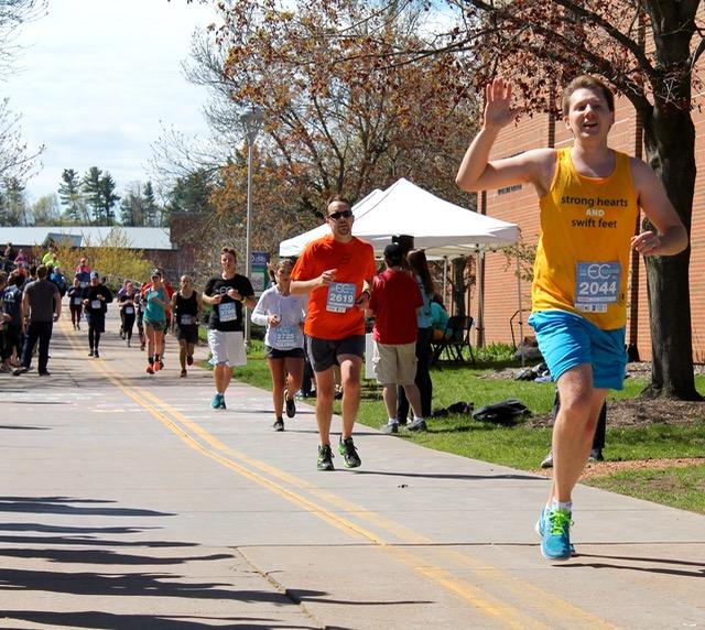 Blugold Mile, spectators cheer marathon runners to finish line