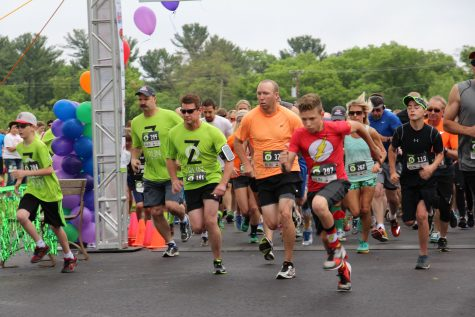 Racers start the 5K with Travis Logslett (orange) pictured in the middle and Josh Halverson (red) pictured to the right.